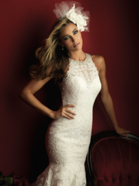 Liselotte: Beautiful cut lace, exceptional halter neck. Price: 2.775 €
