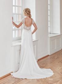 Marit - Elegante, soepel vallende trouwjurk trouwjurk.  Met strass bezet topje met korte mouw. €1.495