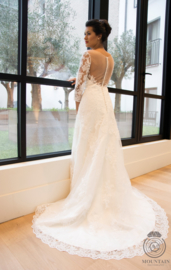 Linda: A-line lace bridal gown with three quarter sleeves. Sweetheart neckline with transparent top and beautiful back.Price: € 895
