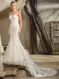 Sedona: Only the best lace is used for this magnificent dress with sweetheart neckline. Price: € 1.750
