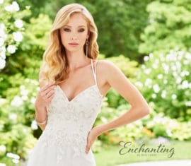 Hannah: elegant wedding dress of delicate lace, tulle and metallic threaded lace appliqués. Price: € 1.195