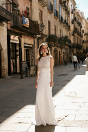 Sleeveless top with a straight long skirt. Top: € 495 | Skirt: € 620