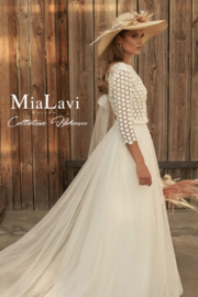 Cotton lace top with three-quarter sleeves and a sublime organza skirt. Top: € 495 | Skirt: € 495