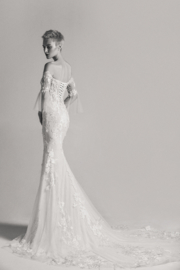 Jill: Tule en Chifon trouwjurk met verwijderbare off-shoulder mouwen: €1.550