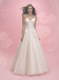 Bo: Very sophisticated wedding dress, top with lace roses on a beautiful tulle skirt. Spaghetti straps for optimal wearing comfort. Price: € 1.199