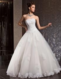 Emma: trouwjurk van kant,tule en satijn.  Prachtig versierd bustierkorset met verlaagde taille en een volle rok met prachtige kanten applicaties.  Prijs: € 1.370