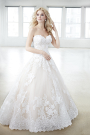 Olivia: Strapless bridal dress with a beautiful pattern of lace roses and a unique colour combination. Price: € 2.265