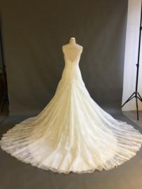 Helen: pure elegantie, deze kanten jurk met hartvormige halslijn, prachtige schouderbandjes en sleepaanzet. Prijs: € 1.170