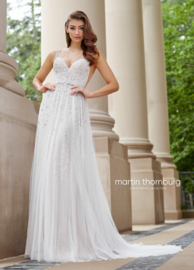 Martine: fantastic bohemian wedding dress with beautiful flower applications and dazzling back. Price: € 1.650