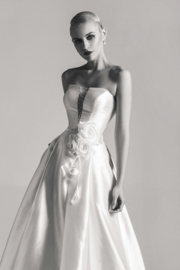 Isabella: satin wedding dress with open skirt and floral eye-catcher. Price: € 995