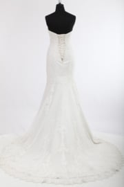 Lotte: Lace wedding dress with sweetheart bustier and beautifully finished corset. Price: € 1.860