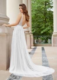 Martine: fantastische bohemian bruidsjurk met mooie bloemapplicaties en oogverblindende rug. Prijs: €1.650