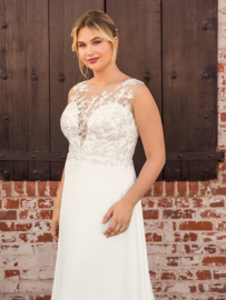 Ariana* with  plunging neckline covered in silver beading and Chantilly lace. €1.450