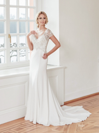 Marit; Elegantly flowing wedding gown, beautifully decorated top, €1.495