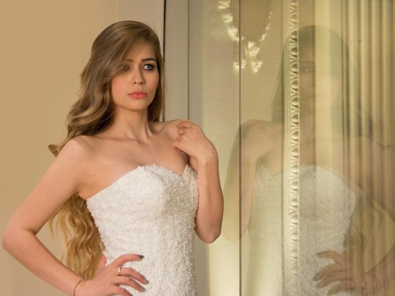 Dalia: zonnige A-lijn trouwjurk, prachtig versierd met kanten bloemetjes waarvan het hartje een pareltje is. Prijs: € 920