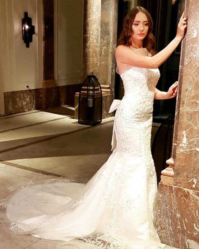 Aurora: sublieme jurk met de mooiste stenen en kralen op een basis van kant met lovertjes. Zalige pasvorm door handig korset. Prijs: € 799