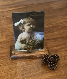 Antieke houten fotostandaard met metalen fotohouder