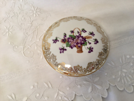Limoges bonbonnière met mandje viooltjes