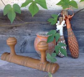 Kapstok, hout met 2 knoppen, antiek uit Frankrijk