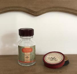 Laboratoriumflesje van granules en rond kartonnen doosje pastilles