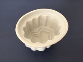 Wit geglazuurde art deco puddingvorm circa 1920 Frans