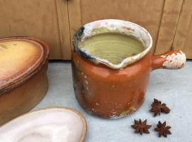 Antieke Franse aardewerk pot met tuit en greep