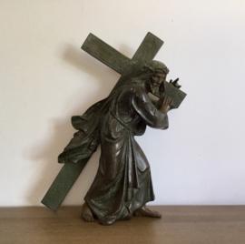 Sculpture bronzen beeld Jezus draagt het kruis