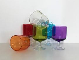 Kleurige vintage glazen op voet cocktail glazen