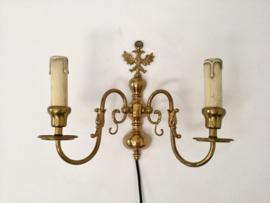 Antiek geel koperen wandlampje met twee armen
