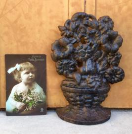 Gietijzeren mand met bloemen decoratie