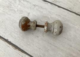 Antieke houten kastdeur -of deurknop