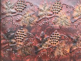 Vintage metalen dienblad met druiven druivenbladeren in reliëf