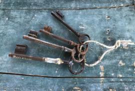 Franse antieke sleutelbos met vier sleutels