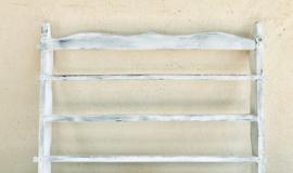 Houten wandrekje rekje voor schoteltjes of bordjes