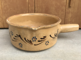 Franse vintage aardewerk terracotta kookpot fondueschaal met greep
