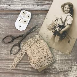 Parelmoer knoopjes, kant klosband en antiek schaartje