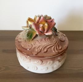 Porseleinen bonbonnière met opgewerkte rozen