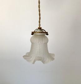 Antiek Frans hanglampje met mat glazen rokkapje en porseleinen plafondkapje
