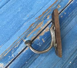 Antieke metalen kapstokhaak op plankje