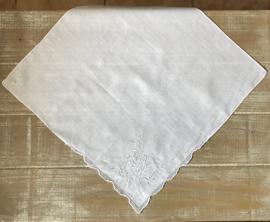 Antiek wit zakdoekje met roos