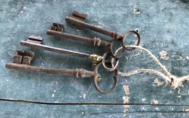 Franse sleutelbos antiek van vier stuks antieke sleutels