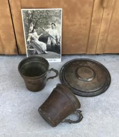 Twee antieke verzilverd metalen kopjes met één schotel