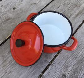 Rood geëmailleerd pannetje met zwarte randen en knop