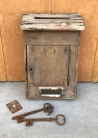 Antieke Franse houten brievenbus met venstertje