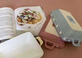 Keramiek  aardewerk ovenschaal met dots in roze pasteltint