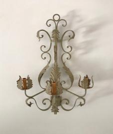 Franse vintage metalen wandlamp Florentijns met 3 lichtpunten