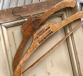 Set Franse houten kledinghangers met teksten circa 1910