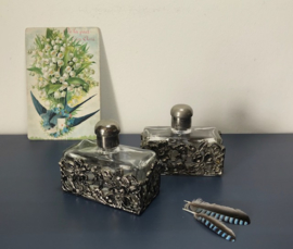 Set parfumflesjes (2) met metalen omhulsels van bloemen