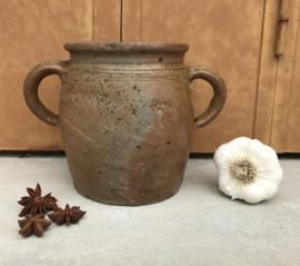 Antieke ambachtelijke grès pot met twee oren steengoed ironstone