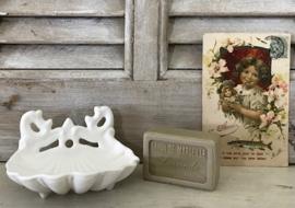 Frans wit geëmailleerd gietijzeren zeepbakje schelpvormig